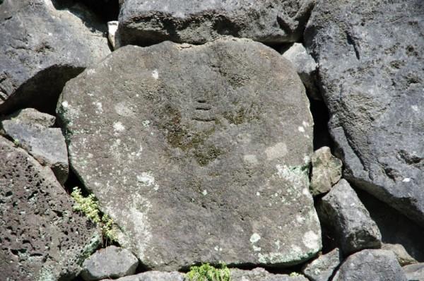 他にも頬当門の石垣には妙法の文字が刻まれていた