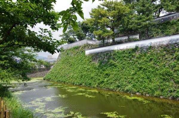 石垣の上には矢狭間を持つ瓦葺白壁塀が再現されている