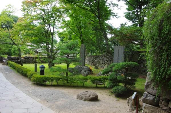 右手に並ぶ二つの石碑は皇太子/皇后の行幸記念碑