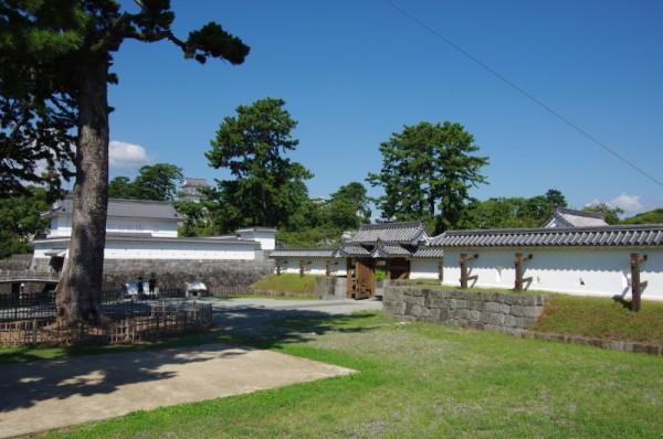 こちらも控柱にそれぞれ屋根がつく高麗門形式