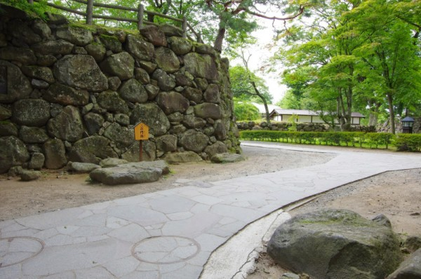 手前にあるのが枡形門の礎石