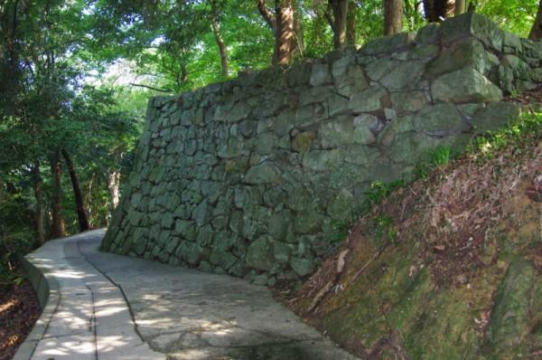 この道は城山北東の登城口に繋がっている
