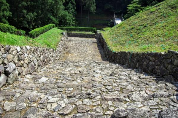 四つの礎石が見えるが、ここには四脚門形式の櫓門が建っていたと考えられている