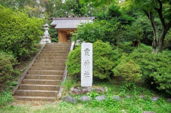 霞神社の裏には金毘羅社が祀られている