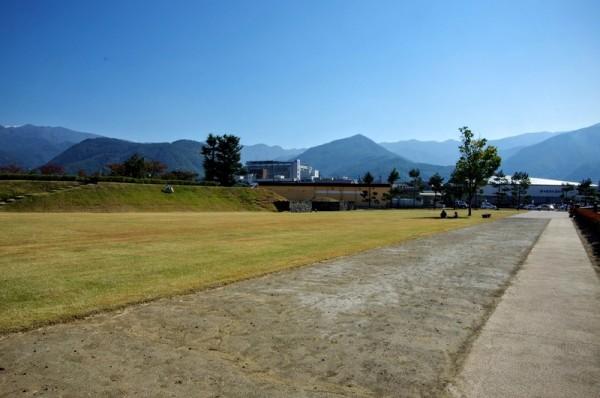 往時は外堀と土塁で囲まれ、複数棟の御殿が建っていた