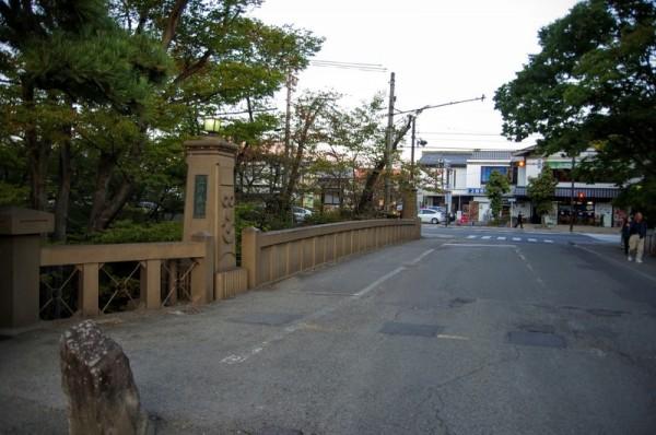 奥に見えるのが上田観光会館