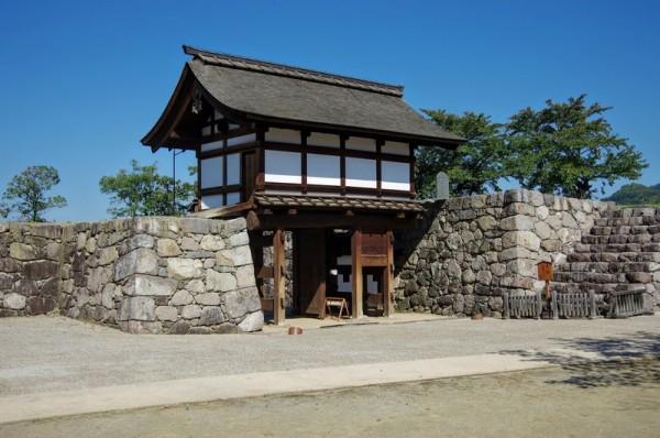 本丸の搦手に建つ門で櫓門と桝形門から成る