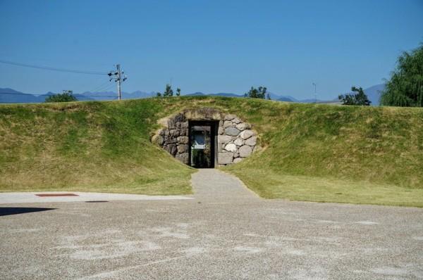 周囲は石垣で囲われており、天井は人一倍大きな石が置かれていた