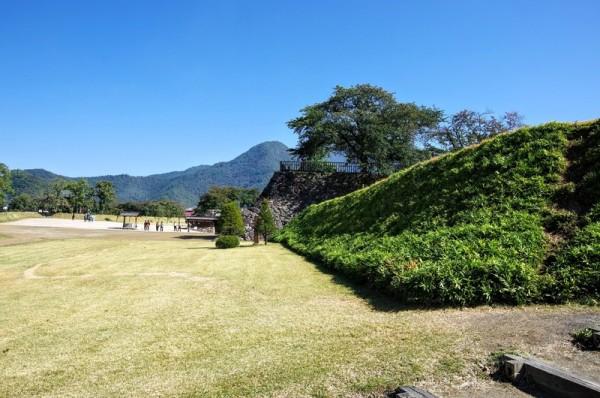 正面に見える石垣は戌亥隅櫓のもので、写真右が埋門