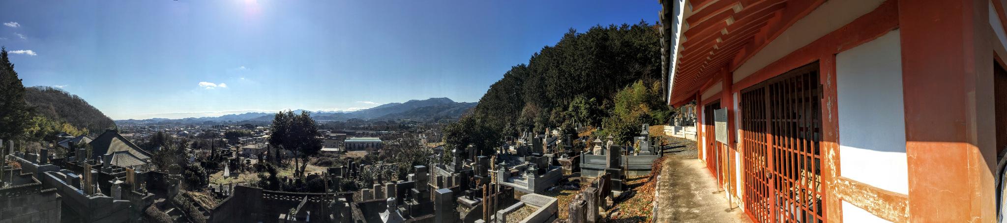 左端にかすかに見えるのが鉢形城で、その奥は秩父山渓
