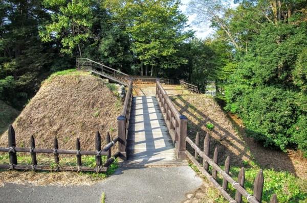 西・南・東の三方を薬研堀で堀り切られ復元された木橋で渡る
