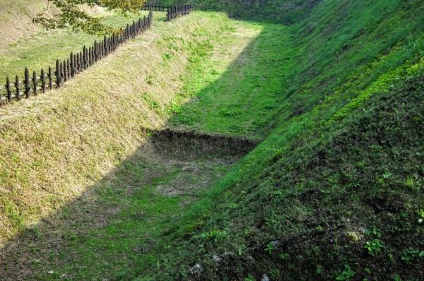 空堀を境に、左が二の曲輪、土塁の上が三の曲輪