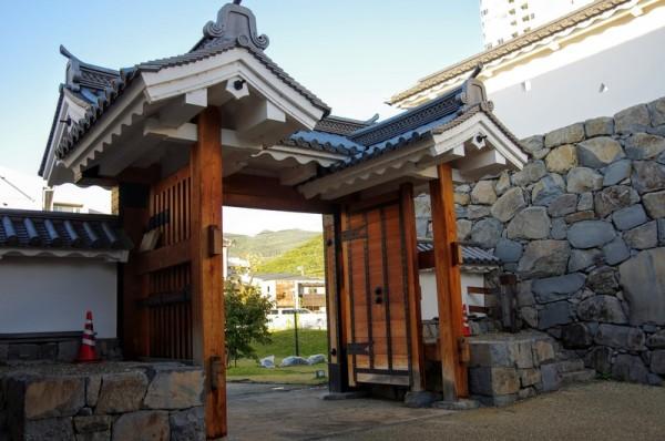 控柱に屋根を持つ高麗門形式