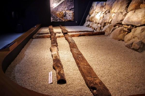 重い石垣が地盤に沈まないようにする一種の土台のようなもの