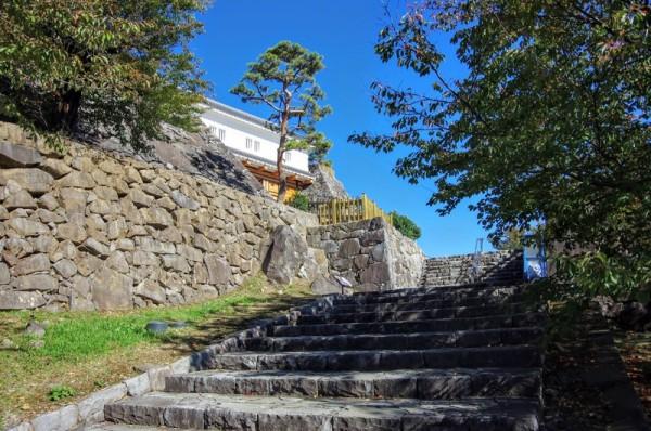 石段の上が中の門跡、その向こうに見えるのが復元された鉄門