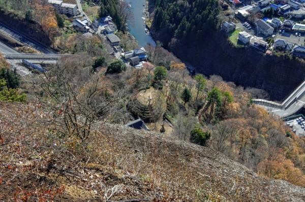 手前の岩肌が鏡岩で、その直下に丸山公園の富士見台が見えた
