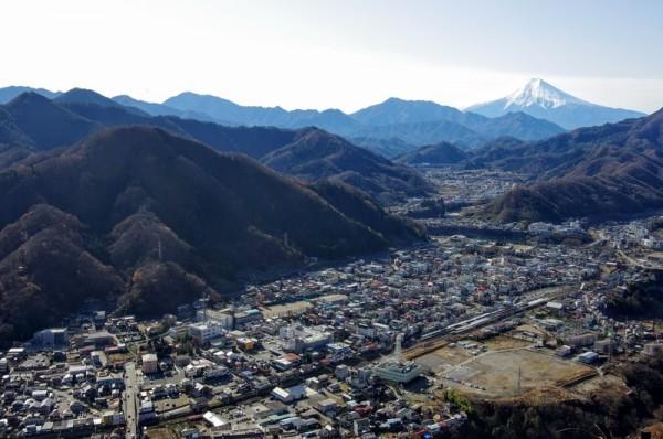 南物見台跡からの南西側の眺望で、大月市の市街地と富士山の眺望が素晴らしい