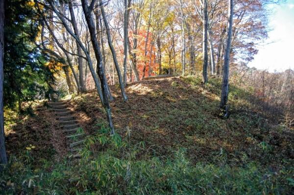 本丸の手前には二の丸から二つ目の竪堀が左右に走っていた