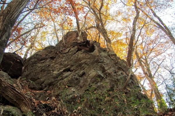 頭上を見ると、こちらもスゴイ巨石があった