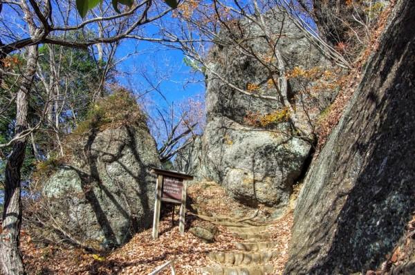 大手門に次いで第二の関門で、巨大な自然石を利用した城門だった
