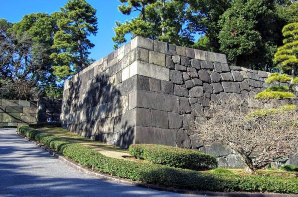 向こうの石垣との間に渡櫓門が跨いでいた
