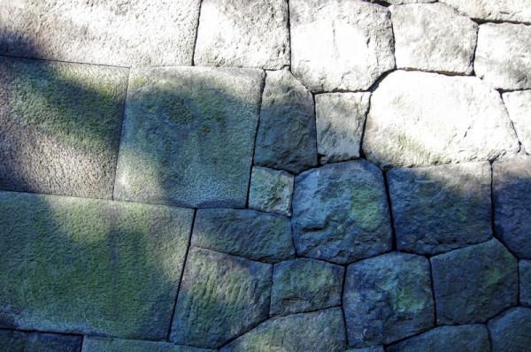 左側が隅石で切込接、右側が内部で打込接になっている