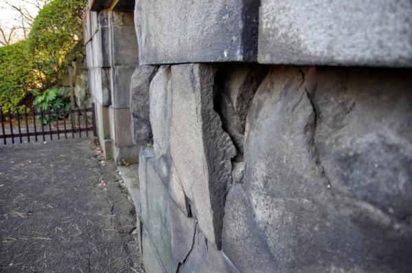 伊豆石(伊豆半島産の安山岩)で造られている