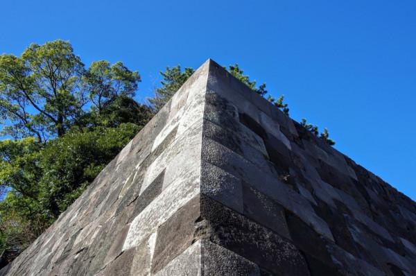 汐見坂上り口右手は美しい切込接で、隅石は算木積になっている