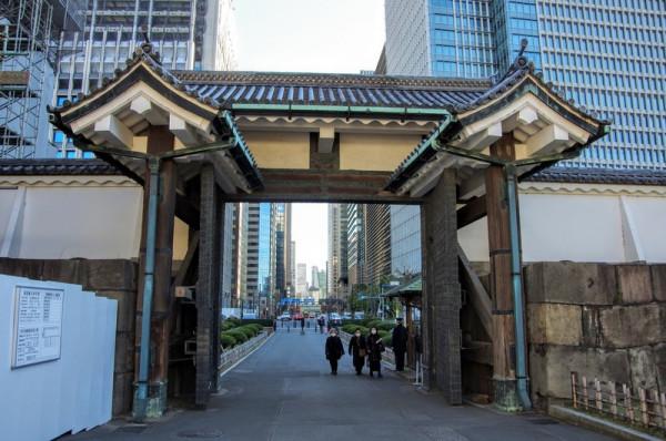 枡形の中から見返した一の門は控柱に屋根を持つ高麗門形式
