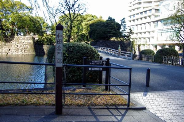 橋は往時は木橋で、現在は木製の面影を遺したコンクリート製で復元されている