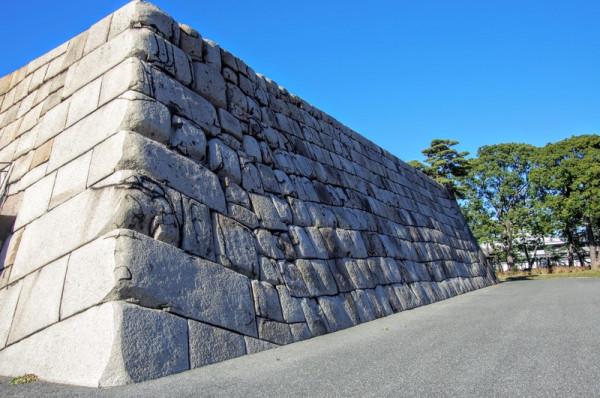 隅石は花崗岩を使った算木積になっている
