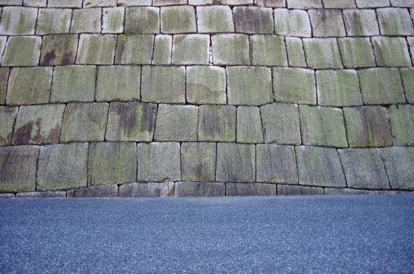 再築した天守台石垣の高さは約11.8mであるが、現在は下部1mが埋没している