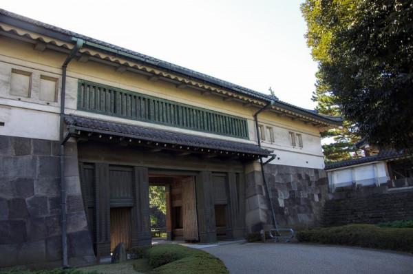 門の石垣は亀甲状の切石で、櫓には鉄砲狭間が設けられている