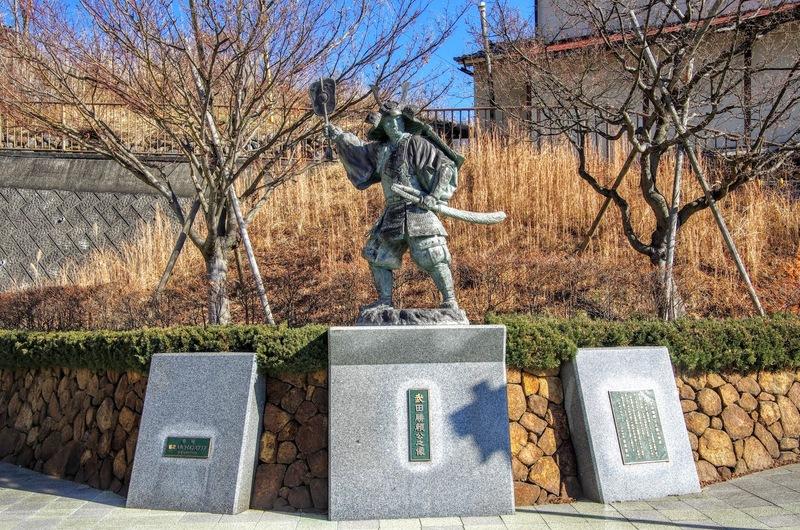 甲斐田野の地で自刃した武田勝頼公の銅像がJR甲斐大和駅北にある