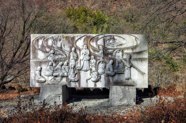 この碑の後ろに日川が流れている(往時ほどの急流ではないらしい)
