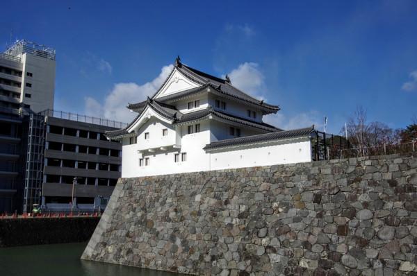 屋根は土居葺き、伝統的木造建築工法で再現された櫓
