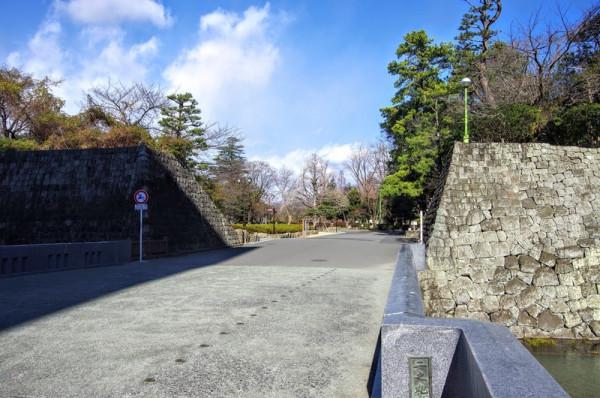 二ノ丸御門跡から東へ約70mずらした場所に設けられた