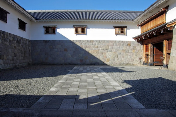 左手と正面が多聞櫓、右手が二ノ門の渡櫓門