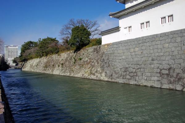 二ノ丸堀は現存で、部分的に異なる石積みになっていた