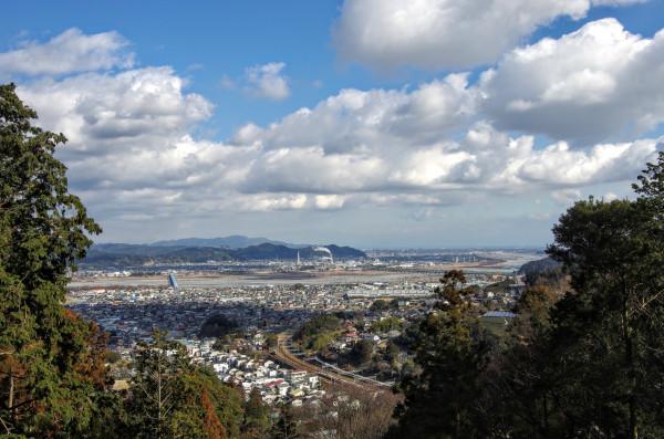 東海道本線と大井川の先、うっすらと駿河湾や伊豆半島が見える