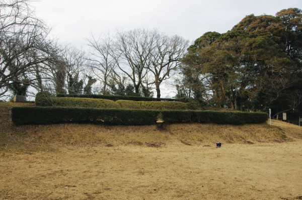 二段の土塁で造られた珍しい天守台