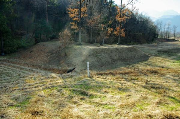 新府城北側は帯曲輪から鉄砲陣地として使われる土塁が突き出ていた