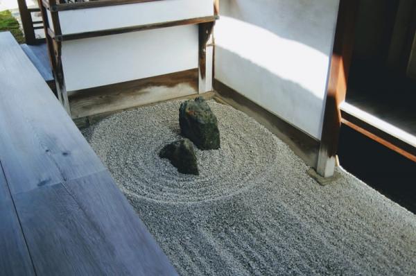 極めて小さい石庭でありながら格調高く殊に有名らしい