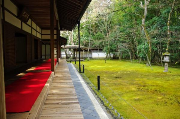 苔生した庭の中央には鎌倉時代からの石灯籠「春日燈籠」が建っていた