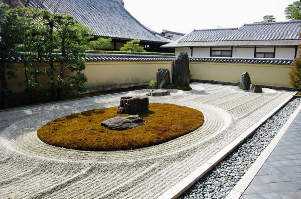 丸く象った苔の中に石が立つ亀島が印象的で斬新な庭であった