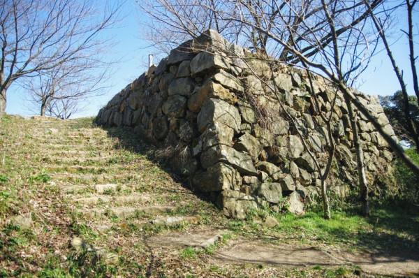 この台座石垣の上には櫓門が建っていた