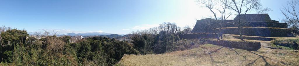 番所跡から本丸石垣・天守台と副天守台石垣、そして大山を眺めたところ