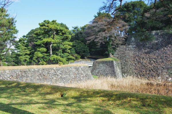 西桔橋の向こう側は乾濠、手前は蓮池濠である
