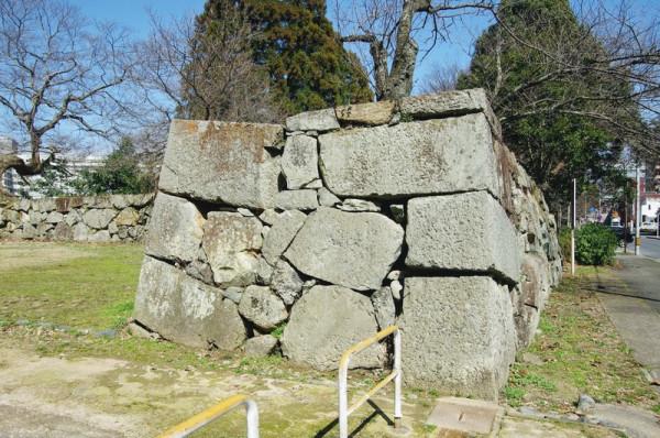 往時、ここには一ノ門である冠木門が建っていた