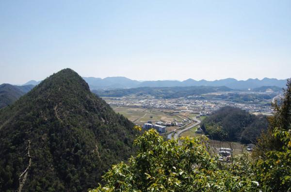 城址東側にある急峻な山もまた周囲に岩肌が露出していた